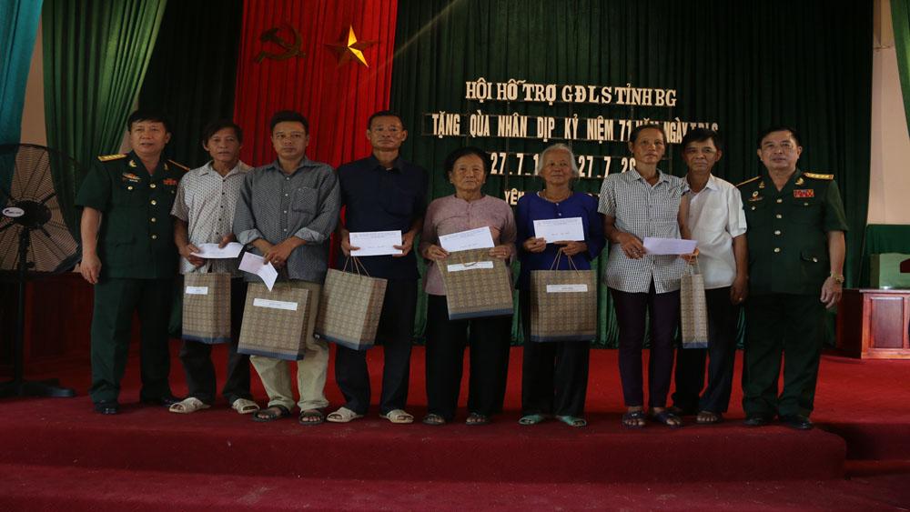 Hội Hỗ trợ gia đình liệt sĩ tỉnh tặng quà tại xã Yên Lư