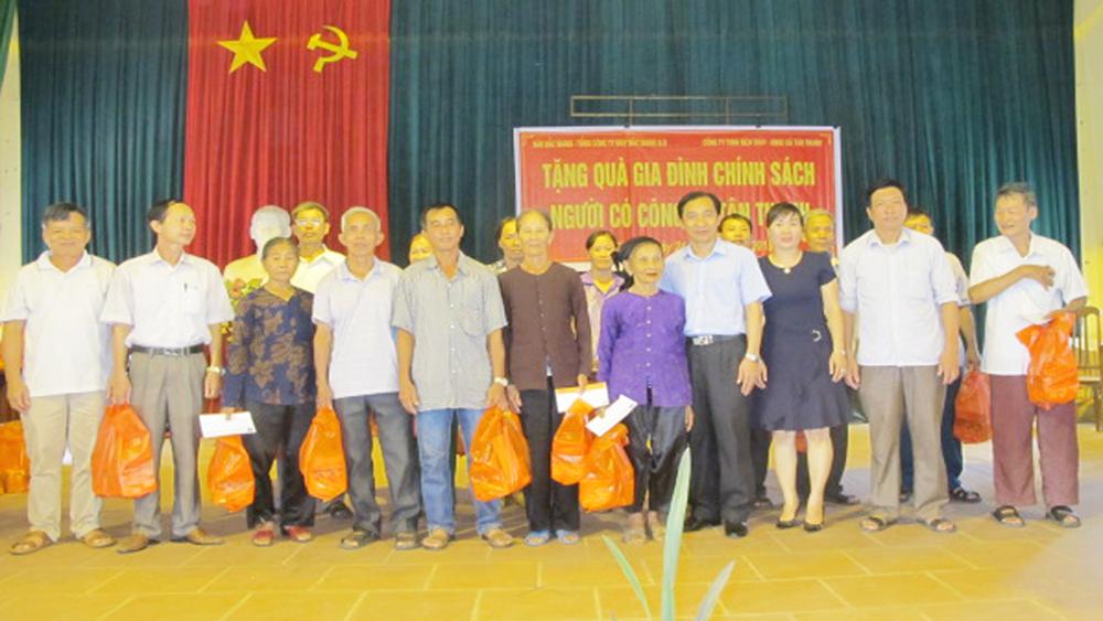 Báo Bắc Giang tặng quà cho gia đình chính sách, người có công xã Tân Thanh