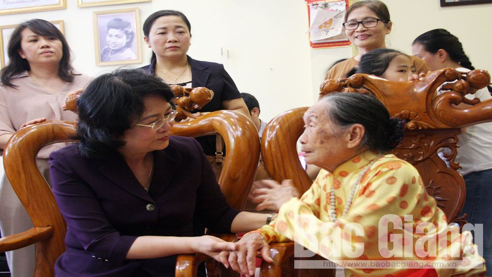 Vice President Dang Thi Ngoc Thinh, provincial leaders visit, present gifts to policy beneficiary families, revolutionary contributors