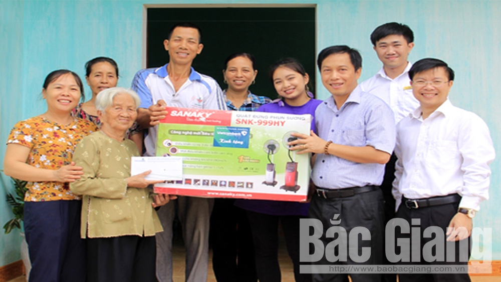 Thăm, tặng quà Mẹ Việt Nam Anh hùng và gia đình thương binh có hoàn cảnh khó khăn