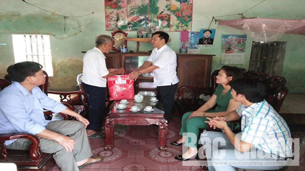 Tặng quà gia đình chính sách tại xã Tam Tiến