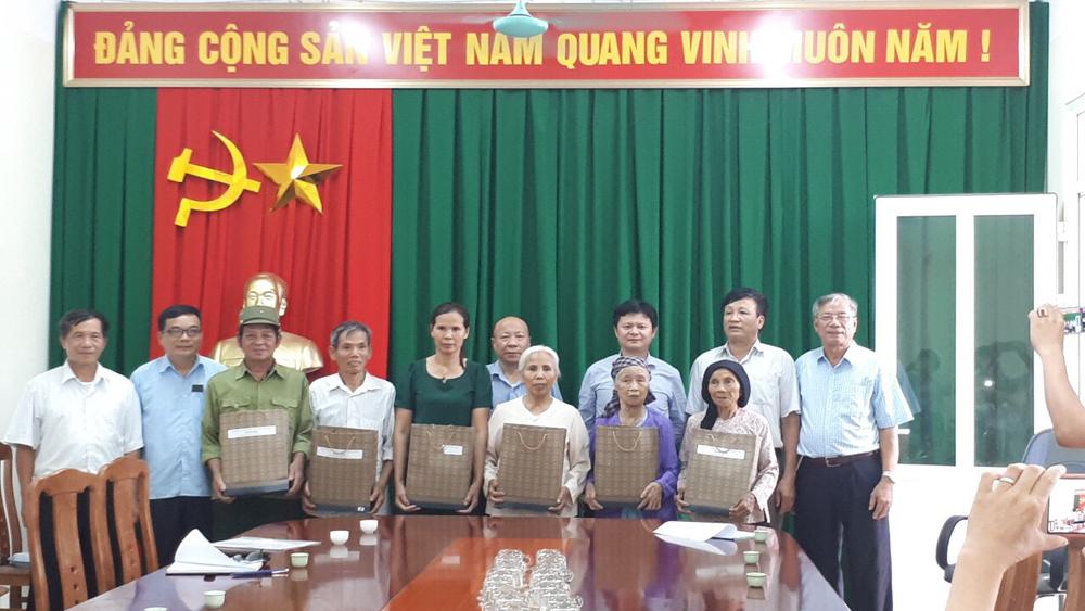 Hội Hỗ trợ gia đình liệt sĩ tỉnh tặng quà gia đình chính sách