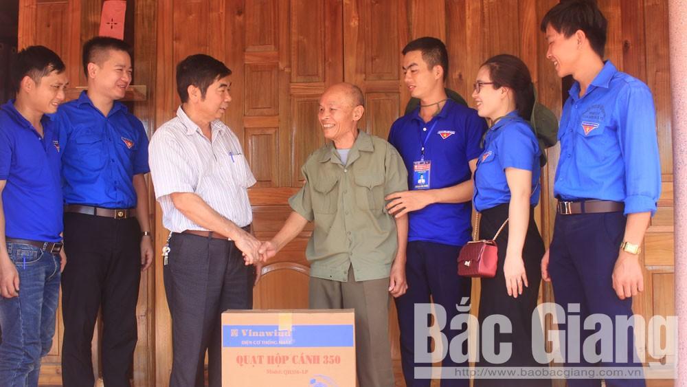 Đoàn Trường Đại học Nông - Lâm Bắc Giang thăm, tặng quà gia đìnhthương binh Triệu Hồng Kỳ, bản Đồng Cả, xã Canh Nậu (Yên Thế).