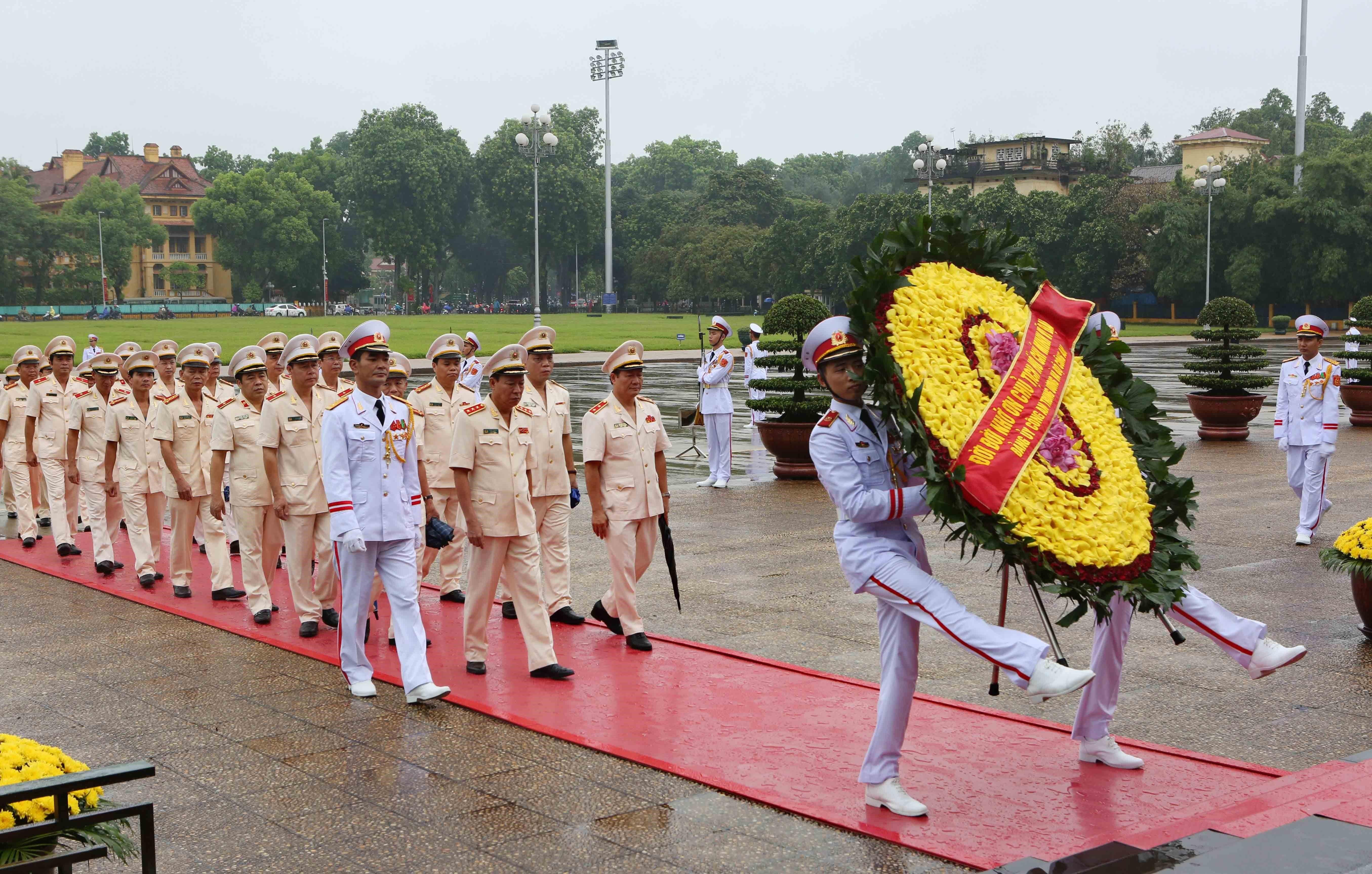 Lãnh đạo Đảng, Nhà nước đặt vòng hoa tưởng niệm các Anh hùng Liệt sĩ và vào Lăng viếng Chủ tịch Hồ Chí Minh