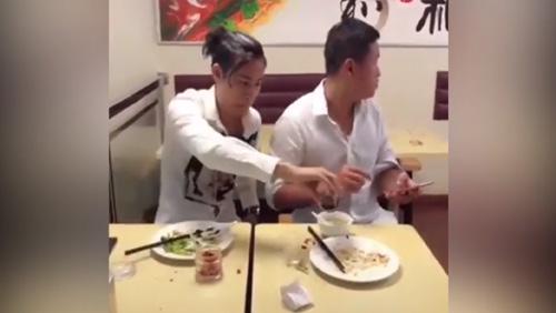 Nhận quả đắng vì mải xem điện thoại khi ăn