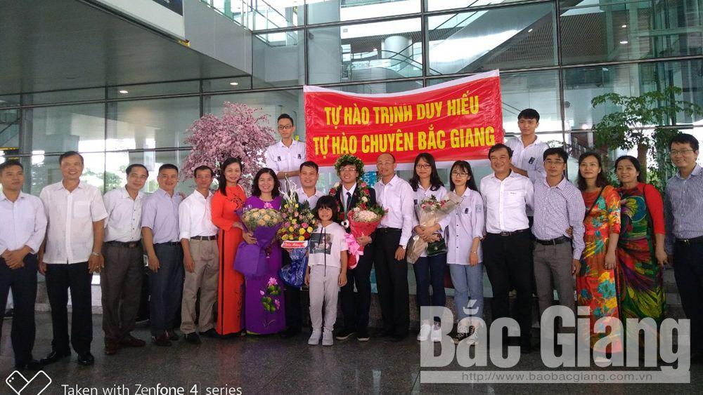 Thầy cô, người thân và bạn bè chào đón Trịnh Duy Hiếu