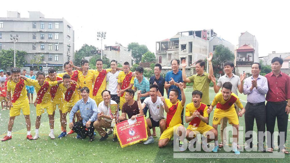 Kết thúc giải vô địch bóng đá nam, đội xã Lương Phong đoạt cúp vô địch