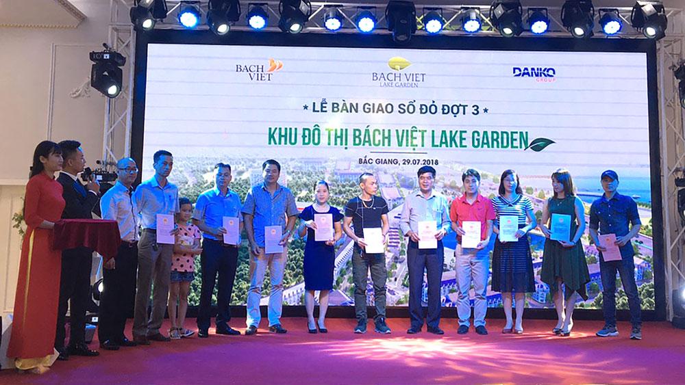 Bách Việt Lake Garden chính thức bàn giao sổ đỏ đợt 3 cho cư dân