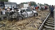 Nam Định: Bị tàu hỏa đâm, ôtô văng xa chục mét, 4 người thương vong