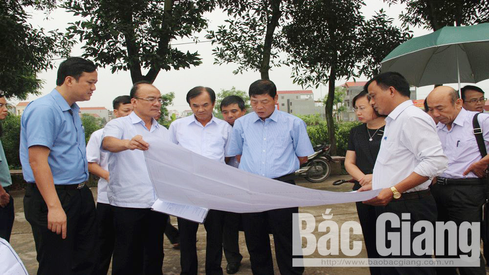 Secretary of provincial Party Committee Bui Van Hai directs infrastructure completion, early land allocation to people