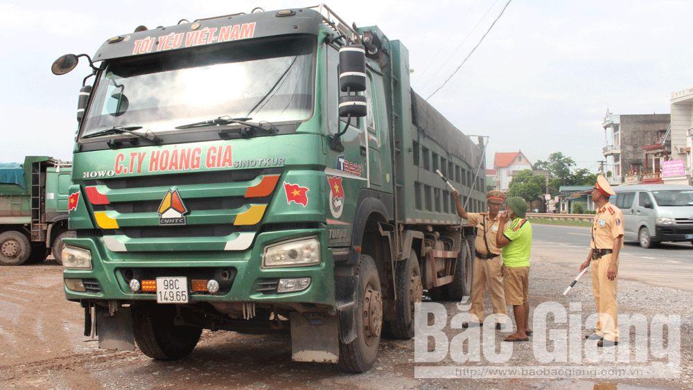 Cán bộ Phòng Cảnh sát giao thông (Công an tỉnh Bắc Giang) kiểm tra phương tiện lắp đặt thành, thùng không đúng thiết kế.Ảnh chụp 8 giờ 30 phút sáng 1-8