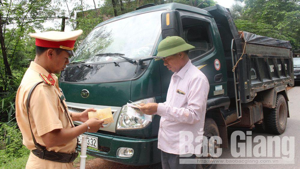 Cán bộ Đội Cảnh sát giao thông - trật tự (Công an huyện Tân Yên) kiểm tra, xử lý phương tiện vi phạm.Ảnh chụp 10 giờ sáng 1-8