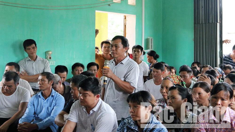 Người dân thôn Đèo Gia nêu ý kiến tại buổi tiếp xúc.