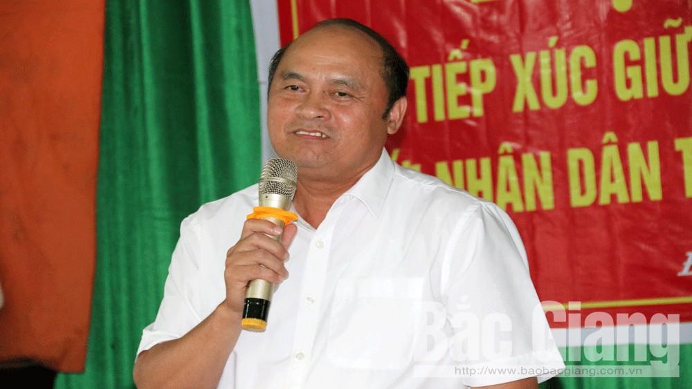 Chủ tịch UBND tỉnh Nguyễn Văn Linh trao đổi với người dân.
