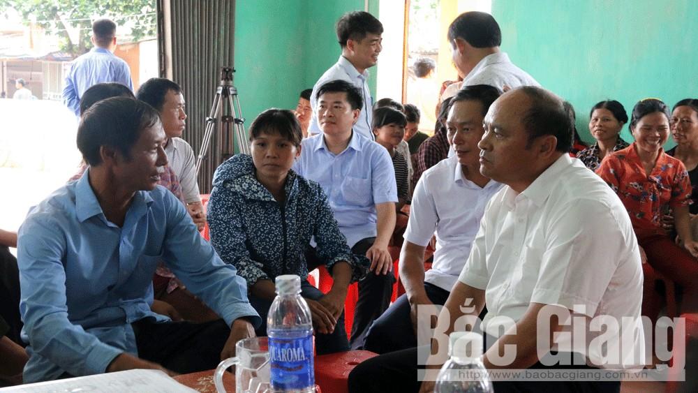 Chủ tịch UBND tỉnh Nguyễn Văn Linh gặp gỡ, trò chuyện cùng bà con thôn Đèo Gia.