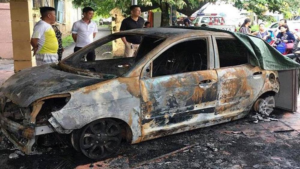 Ôtô của đại úy cảnh sát giao thông bị tẩm xăng đốt cháy rụi ngay trước trụ sở công an