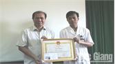 UBND huyện Sơn Động Khen thưởng bác sĩ hiến máu cứu người bệnh
