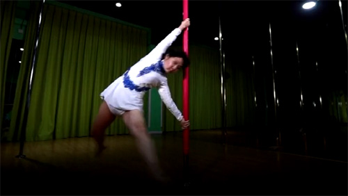 Bà lão 72 tuổi trổ tài múa cột vạn người mê