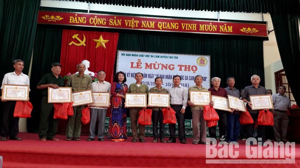 Huyện Tân Yên, tỉnh Bắc Giang, tặng quà nạn nhân chất độc da cam