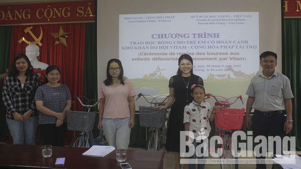 Trao học bổng cho học sinh đón năm học mới 2018-2019