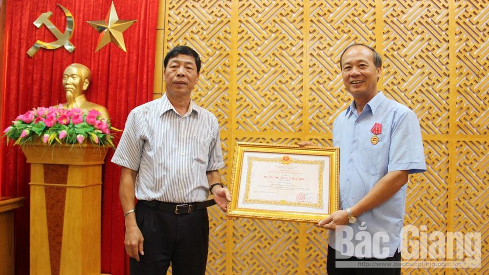 Trao tặng Huân chương Lao động hạng Nhất cho đồng chí Thân Văn Khoa, nguyên Phó Bí thư Thường trực Tỉnh ủy