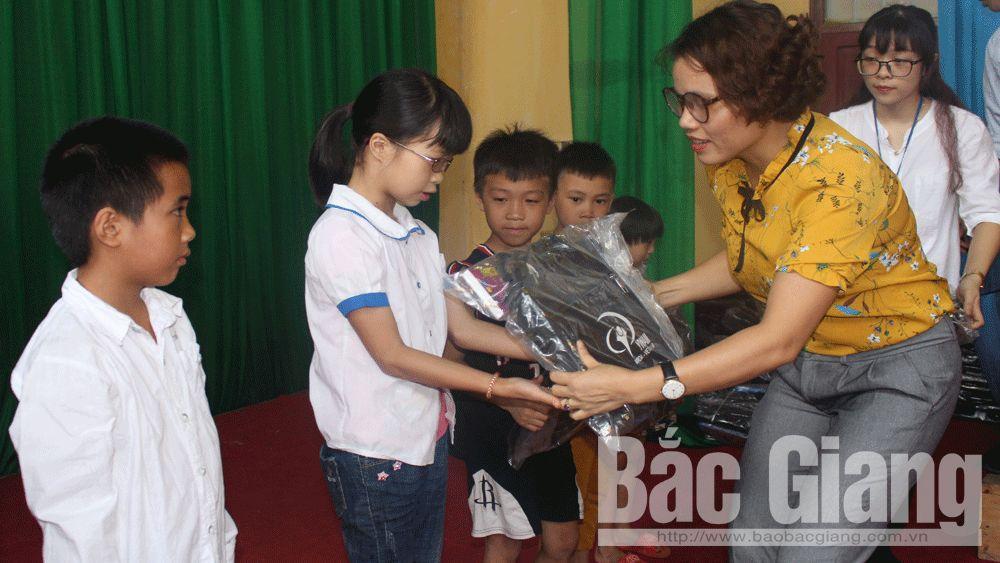 Đại diện Tổ chức YWAM trao quà cho học sinh nghèo vượt khó.