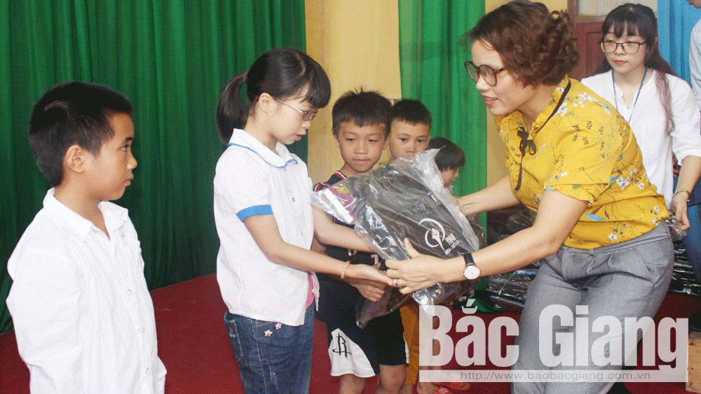 YWAM presents gifts to Bac Giang's poor students