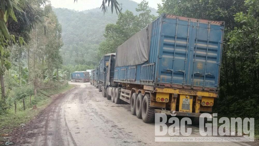 Xe trọng tải lớn vận chuyển than đá hoạt động trở lại trên quốc lộ 279