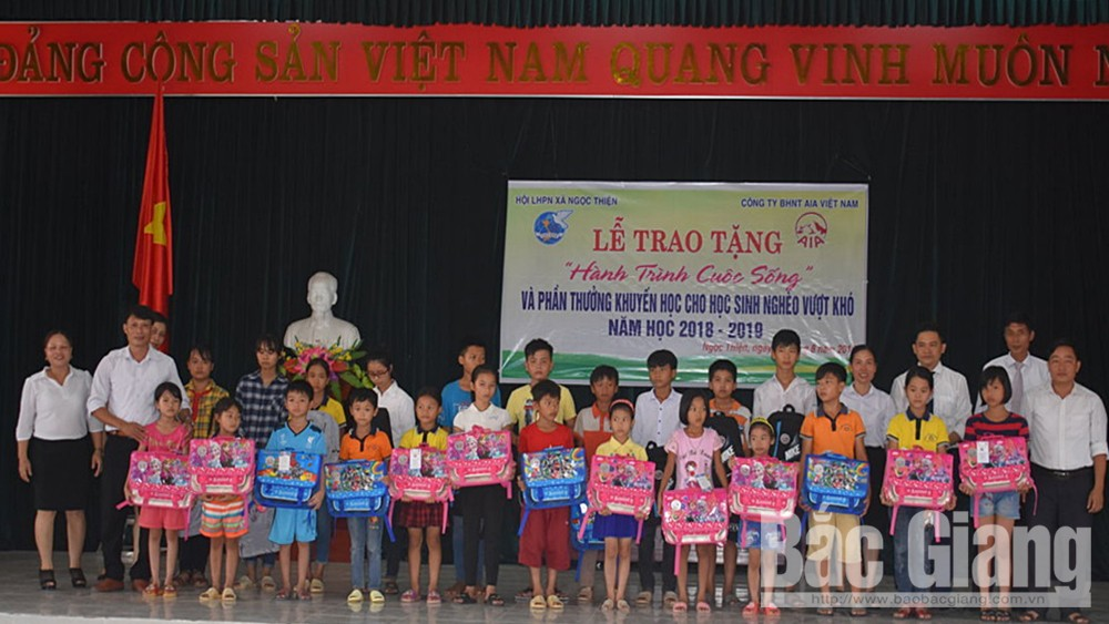 Tặng quà cho học sinh nghèo vượt khó tại xã Ngọc Thiện