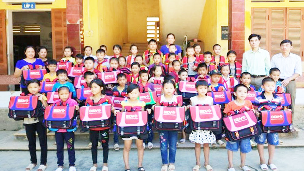 1,000 bags and buoy bags presented to workers'children in new academic year