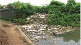 Vẫn còn tình trạng rác ùn ứ trên kênh Yên Lại