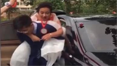 Chú rể thở hổn hển sau khi cõng cô dâu lên xe
