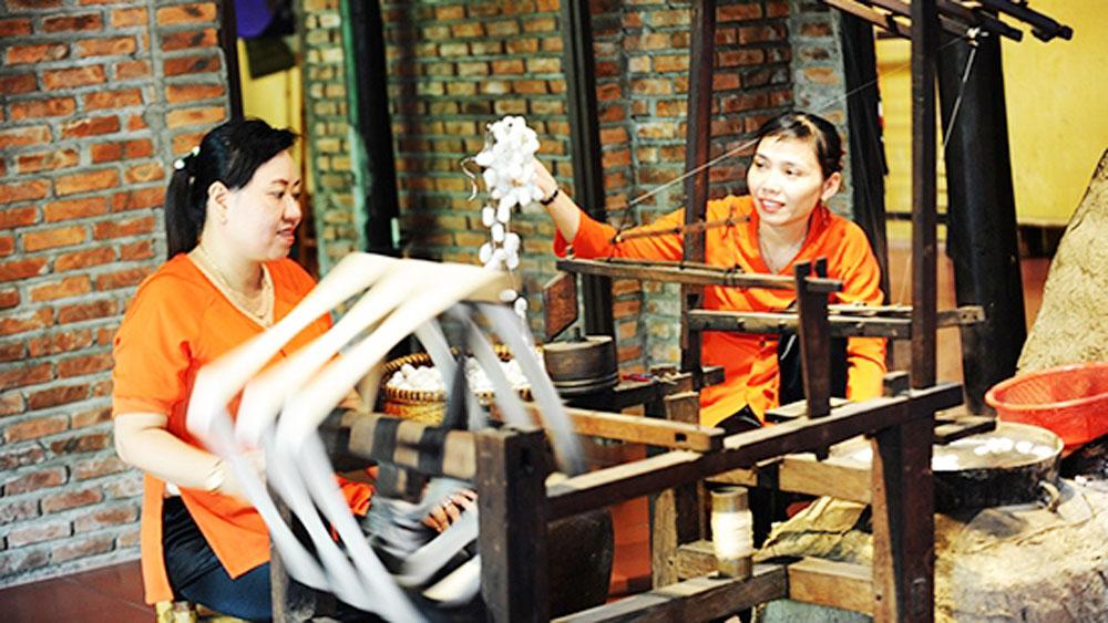 Vietnam, Japan, traditional silk, brocade weaving,exchange event, Hoi An ancient city, Hoi An-Japan Cultural Exchange, Vietnamese artists, traditional craft villages