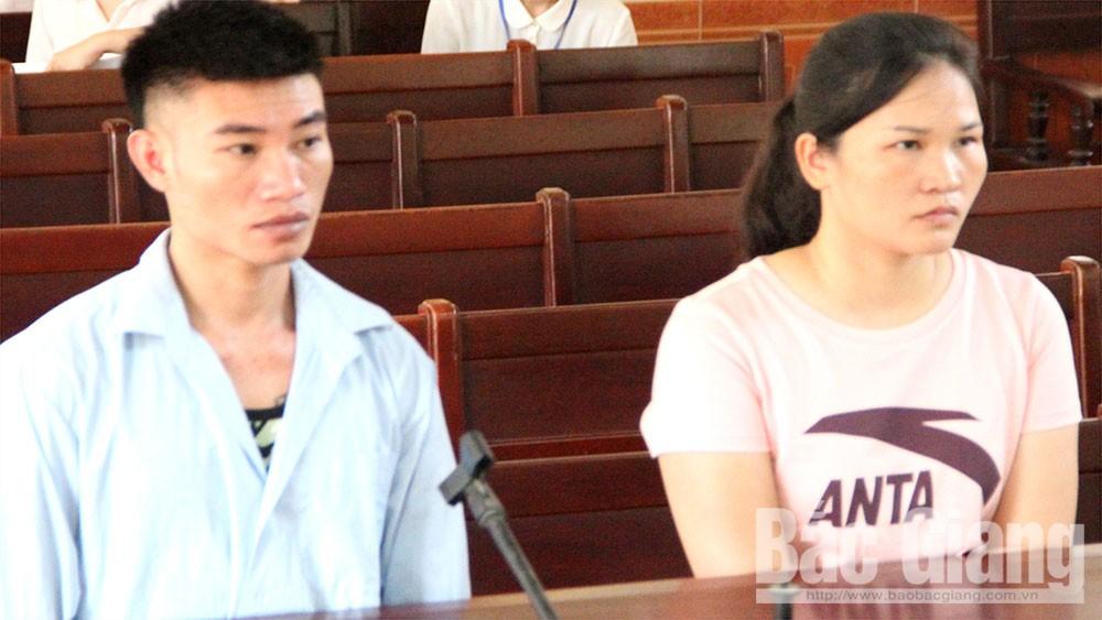 Bị cáo Nguyễn Huy Thường và Hoàng Thị Huyền tại tòa.