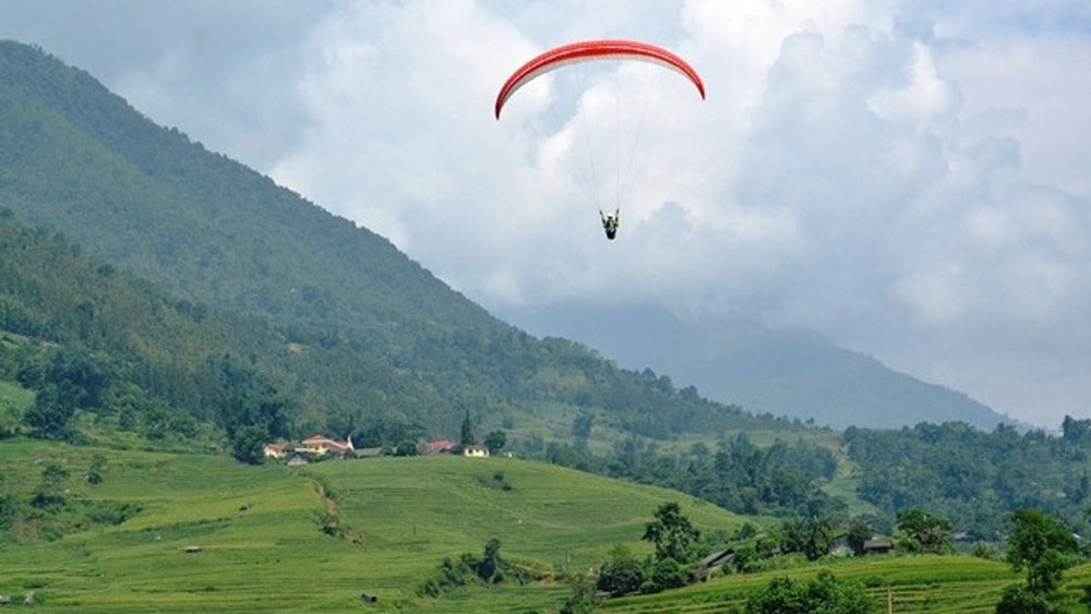 Paragliding performances, Bat Xat Autumn Festival, Y Ty commune, paragliding event, panoramic view, 73rd anniversary, August Revolution, famous destination