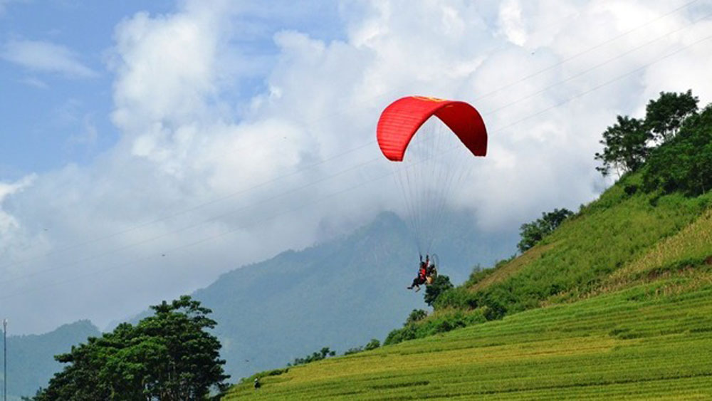 Paragliding performances open Bat Xat Autumn Festival