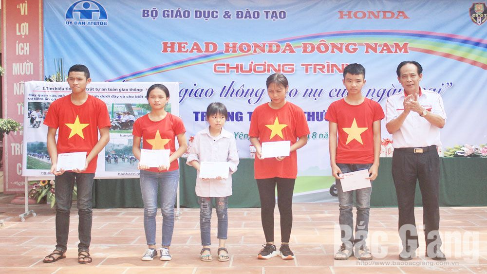 1,000 students, Traffic safety, tomorrow smile, Bac Giang province, Ly Thuong Kiet High School, Dong Nam Honda Head, current traffic situation, road sign system, driving skill, Law of Road Traffic