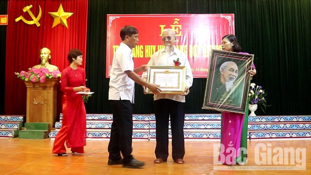 Trao tặng 142 Huy hiệu Đảng cho đảng viên