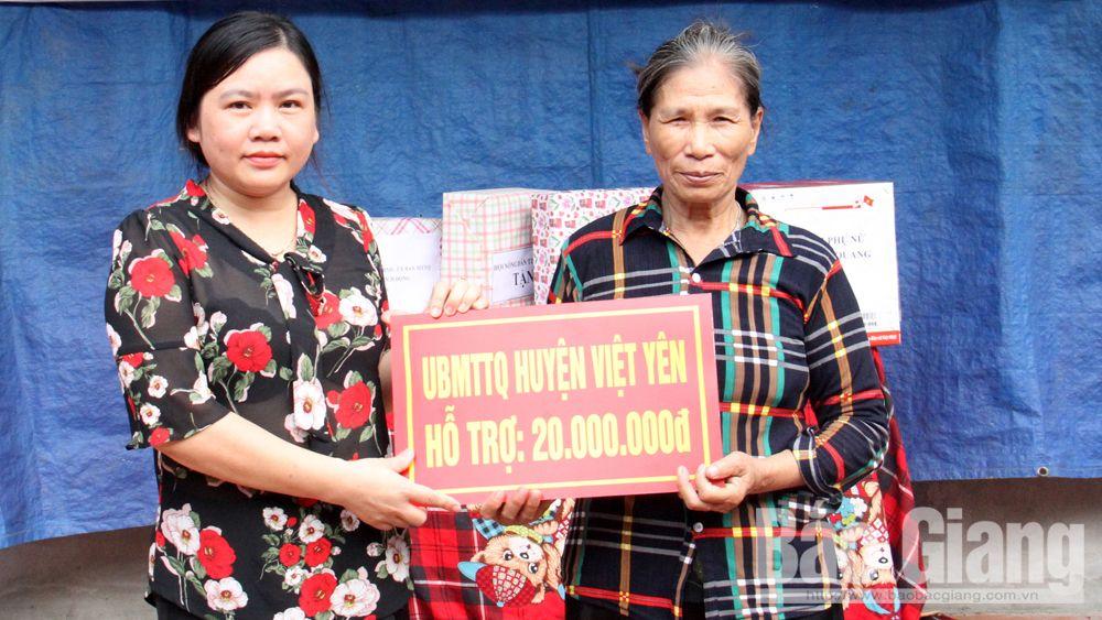 Trao nhà đại đoàn kết cho hộ nghèo