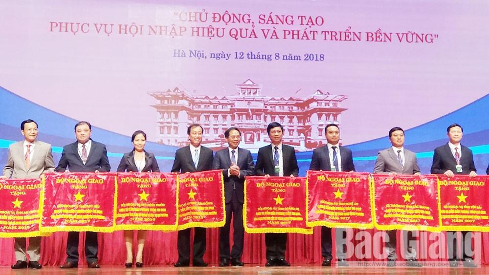 Ông Nguyễn Hoàng Trung, Giám đốc Sở Ngoại vụ Bắc Giang (thứ hai từ phải sang) nhận Cờ đơn vị dẫn đầu phong trào thi đua các cơ quan ngoại vụ địa phương do Bộ Ngoại giao tặng.