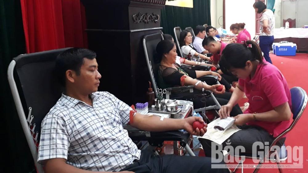 Tiếp nhận 329 đơn vị máu đạt tiêu chuẩn
