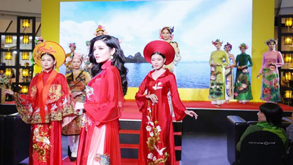 Vietnamese traditional dress hits catwalk in Thailand