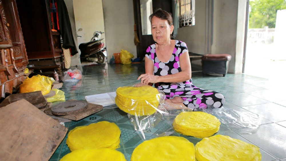 Vietnam village sticks with turmeric rice paper for 300 years
