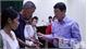 Bí thư Tỉnh ủy Bắc Giang Bùi Văn Hải trao quà cho hộ đặc biệt khó khăn