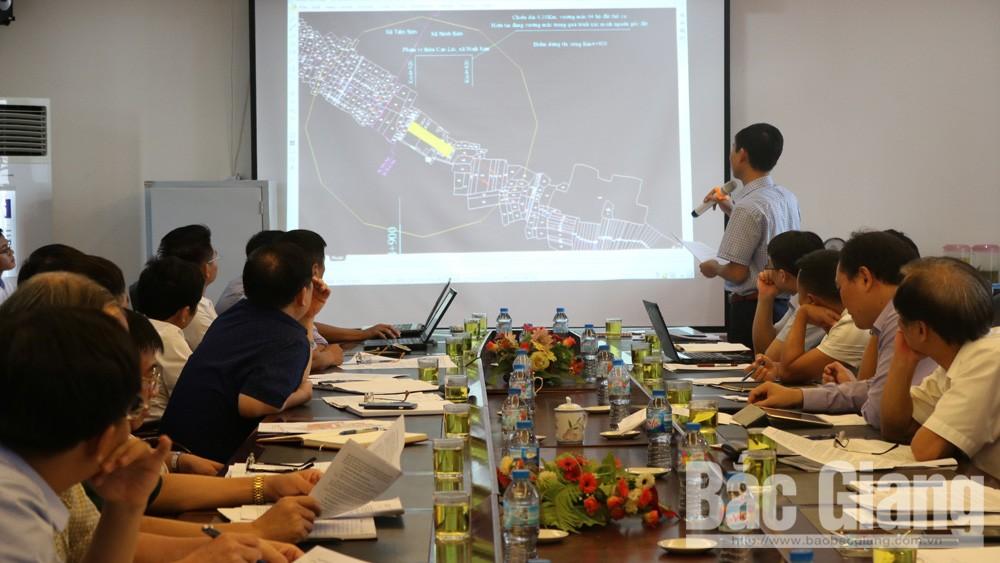 Đại diện Ban Quản lý dự án đầu tư xây dựng các công trình giao thông tỉnh báo cáo tiến độ thi công dự án đường vành đai IV (Hà Nội) qua địa phận tỉnh Bắc Giang.