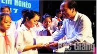 """Gần 400 triệu đồng ủng hộ Chương trình """"Chắp cánh ước mơ"""" cho trẻ em nghèo tỉnh Bắc Giang"""