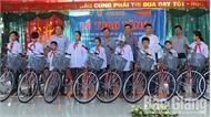 Tặng xe đạp cho học sinh vượt khó học giỏi