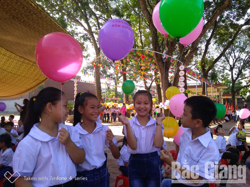 Học sinh Trường Tiểu học xã Nhã Nam (Tân Yên) vui mừng chào đón khai giảng.