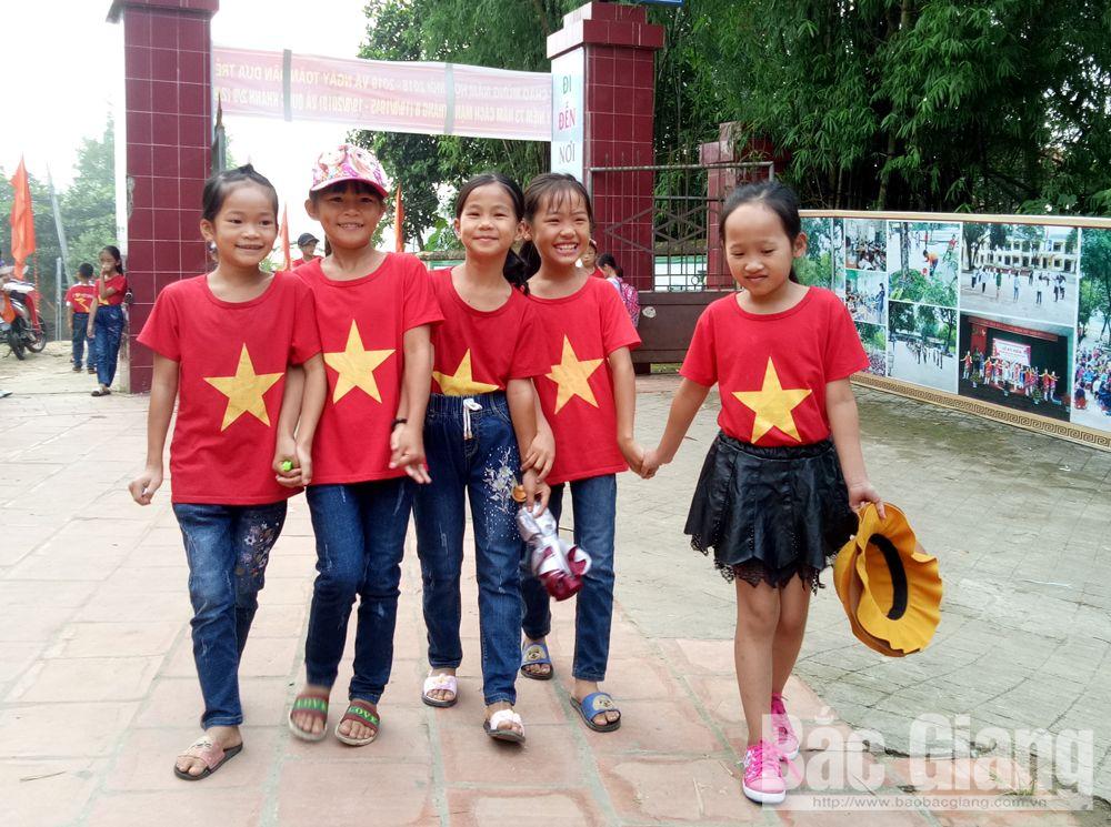 Học sinh Trường Tiểu học xã An Lập (Sơn Động) phấn khởi đi khai giảng năm học mới.