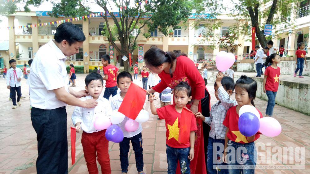 Đón các em lớp 1 vào dự lễ khai giảng tại Trường Tiểu học xã An Lập (Sơn Động)